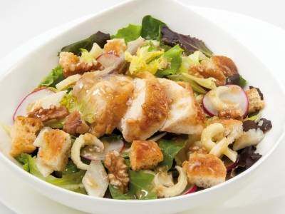 Chicken salad with croutons and walnuts cream